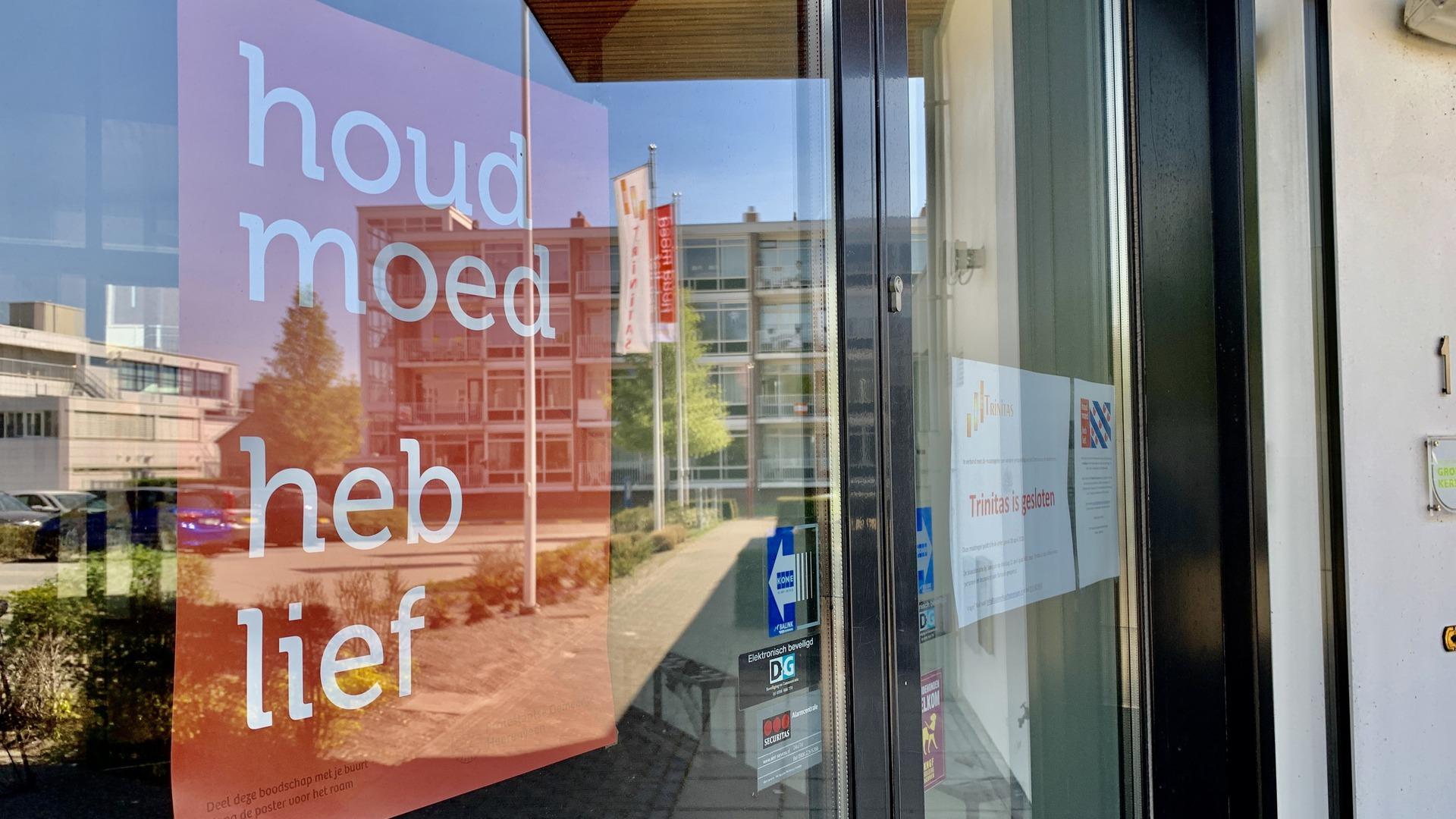 De poster en flagge-aksje 'Houd moed heb lief' - Foto: Omrop Fryslân, Timo Jepkema