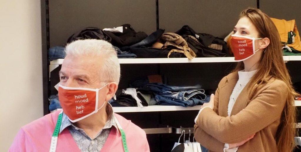 Ali Sepet met naast hem dominee Anne-Meta Kobes van de Protestantse Gemeente Heerenveen. (© Max van Gelder)